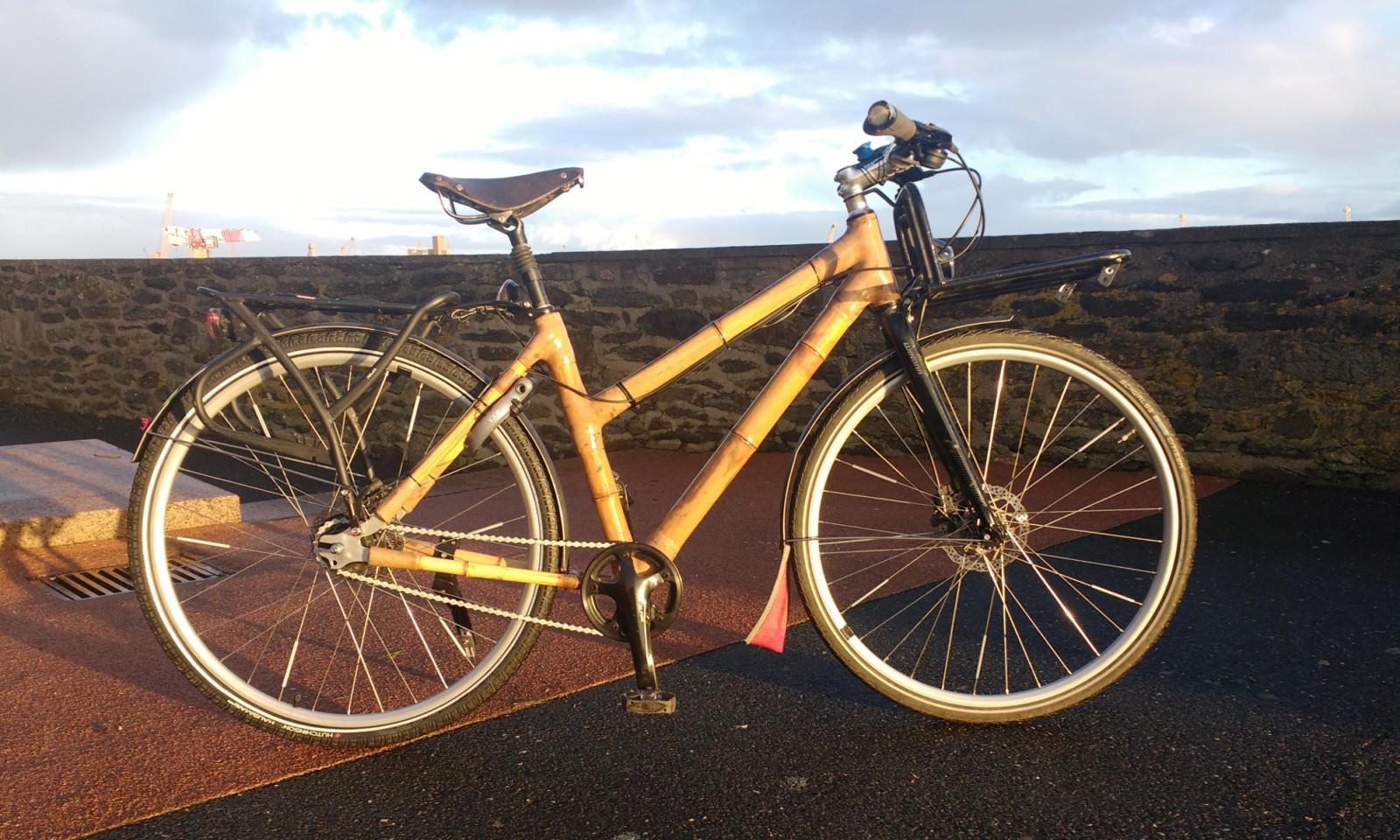 Vélo de randonnée en bambou au couché du soleil
